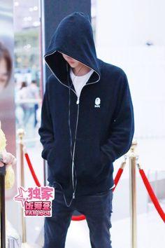Luoyang, Airport Photos, Yuehua Entertainment, Lee Min Ho, Nike Jacket, Singer, Actors, Bradley Mountain, Jackets