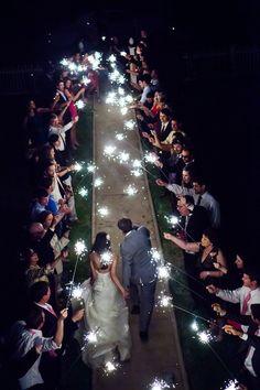 Qué momento tan especial!!! recibir a los recién casados con bengalas!