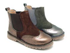 Tienda online de calzado infantil Okaaspain. Diseño y Calidad al mejor precio fabricado en España. Botín con elástico en piel combinada y suela gruesa.  Envíos gratis en 24,48 horas laborables.