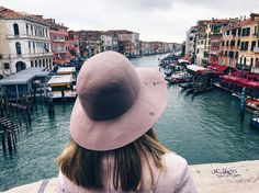 Por aqui não tem rua carros  motos  apenas canais e o meio de locomoção é o barco! Veneza já me apaixonei por você  Quem já esteve aqui?