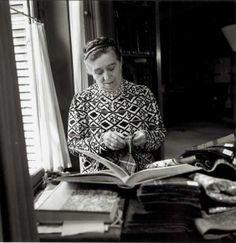 * Jeanne Lanvin choisit ses tissus, 1936. © Roger SCHALL.
