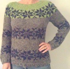 Sarah Lund Sweater i tre farver med koksgrå bund, mørkeblå stjerner og æblegrøn top. FÆRDIG MODEL I STR. M - LEV.TID 2-3 DAGE