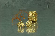 Pendientes de presión y anillo, de nuestra colección Fento, en plata 925 (de Ley), con acabado chapado en oro de 18 quilates