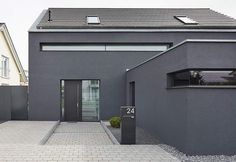 Neubau eines Einfamilienhauses mit Carport New construction of a detached house with carport Modern Architecture House, Sustainable Architecture, Architecture Design, Town Country Haus, Chalet Design, Small Backyard Design, Facade House, House Facades, Garage Design