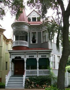 historic homes belleantique: Victorian House in Savannah, GA - Victorian Houses Victorian Architecture, Beautiful Architecture, Beautiful Buildings, Beautiful Homes, Victorian Style Homes, Victorian Era, Victorian Cottage, Victorian Photos, Second Empire