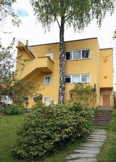 FUNKIS: Dette huset ligger også i samme gate som huset ovenfor og er tegnet av Korsmo og Aasland. Som alle andre funkisbygg har også dette en stram arkitektur.