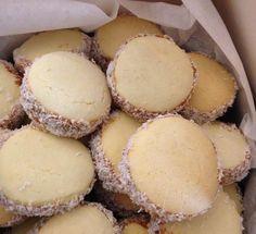 alfajores de maicena argentinos - http://elrincondelaurag.com/receta-de-alfajores-de-maizena/