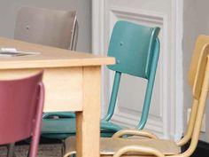 Geef een kleurboost aan je interieur! Foto: www.colora.be (schoolstoelen • geverfd • vintage)