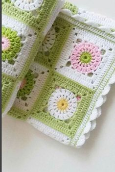 Funda's media content and analytics Crochet Bedspread Pattern, Crochet Quilt, Crochet Cushions, Afghan Crochet Patterns, Crochet Motif, Crochet Stitches, Crochet Hooks, Crochet Square Blanket, Granny Square Crochet Pattern