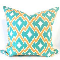 Vivo turquesa, Azteca de oro y marfil patrón funda de almohada, con un ambiente…