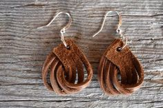 Boucles d'oreilles en cuir - petites torsades marron - New Ideas Leather earrings- small twisted brown Lilly & Cove Designs sur Etsy Diy Leather Earrings, Diy Earrings, Earrings Handmade, Handmade Jewelry, Brown Earrings, Diy Jewelry Leather, Handmade Bracelets, Dangle Earrings, Diamond Earrings