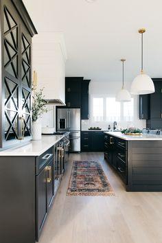 Modern Farmhouse Kitchens, Black Kitchens, Home Kitchens, Farmhouse Homes, Black Kitchen Cabinets, Kitchen Hoods, Kitchen Dining, Kitchen Decor, Kitchen Ideas