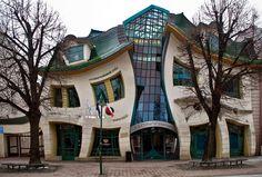 Sim, essa constru��o � real e fica na cidade de Sopot, na Pol�nia. Batizada de Krzywy Domek, a casa torta ocupa uma �rea de 4 mil metros quadrados e faz parte de um centro comercial. Ela foi constru�da em 2004 pelo ateli� de arquitetura Szoty?scy