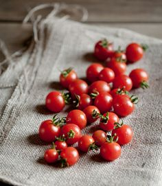 Red cherry tomato / Tomate cerise rouge / Packing : 12 x or 1 x Fruit And Veg, Fruits And Vegetables, Fresh Fruit, Vegetables Photography, Cherry Tomatoes, Raw Food Recipes, Food Styling, Food Art, Good Food