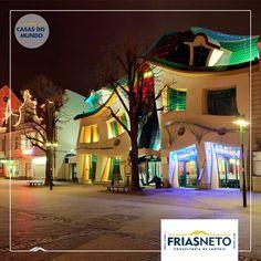 """Krzywy Domek é um edifício de forma irregular localizado em Sopot, na Polônia. Seu nome significa """"casa curva"""" ou """"casa retorcida"""". Construído em 2004, tem cerca de 4.000 m² de área e faz parte do centro comercial Rezydent. Inspirado nos desenhos de livros infantis, foi projetado pelo atelier de arquitetura Szotyńscy & Zaleski.  Fonte: hypescience.com"""