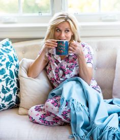 and three Draper James retail locations - I'd say one of my favorite Hollywood actresses, Reese Witherspoon, i. Reese Witherspoon House, Resse Witherspoon, Tuesday Inspiration, Style Inspiration, Draper James, Legally Blonde, Vogue, Preppy, Cute Outfits