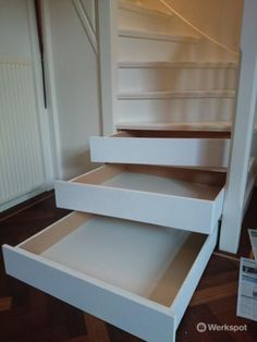 Unieke schoenen(opberg)kast in uw traptreden Stair Drawers, Stair Storage, Furniture Making, Home Furniture, House Stairs, Entryway Stairs, Neat And Tidy, Under Stairs, Home Hacks