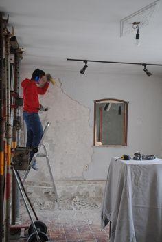 Er is flink wat stucwerk van de muren af. Deze muur moest echt met hamer en beitel. Andere muren konden een stuk sneller, simpelweg met een speciaal afsteekmes. [11-05-2013]