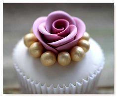 Really beautiful wedding cupcake design.