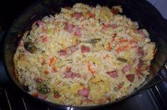 'Zapečené těstoviny se smetanou' SUROVINYbalíček těstovin (nejlépe vrtule), balíček mražené zeleniny (Babiččina směs, ale klidně i jiná), 30dkg salámu, Podravka, smetana 33%, 3 celá vejce, kousek másla, 2 stroužky česnekuPOSTUP PŘÍPRAVYUvaříme těstoviny dle návodu. Na kousku másla (aso 2cm tlustém) si zlehka osmahneme zeleninku, momentík podusíme, přidáme 2 stroužky česneku, půl čajové lžičky Podravky a přihodíme k těstovinám do zapékací mísy. Salám pokrájíme na kostičky, na stejné pánvi na…