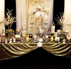 super top super tolle Gatsby Party Deko Ideen - Locations and Decorations - Great Gatsby Party Decorations, Great Gatsby Themed Party, Prom Decor, Great Gatsby Wedding, Party Centerpieces, Masquerade Party Decorations, 1920s Themed Parties, 1920s Decorations, Sweet 16 Party Themes