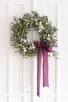 These are the best Christmas door decorations that will brighten up your front porch this holiday season. Our holiday door decorating ideas are simply fabulous, from peppermint wreaths to poinsettia garlands. Olive Wreath, Green Wreath, Recycle Your Wedding, Noel Christmas, Christmas Design, Winter Christmas, Classic Christmas Decorations, Christmas Flowers, Christmas Ribbon
