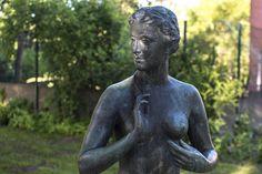 #Kiel Soeben dem Bade entstiegen scheint die junge Frau zu sein. Nun steht sie nackt in ihrer Wohnung (oder vor dem Eingang der Berufsschule) und schaut versonnen nach Osten in Richtung der aufgehenden S...