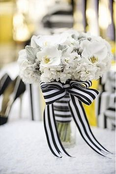 Des fleurs blanches avec un joli ruban noir et blanc