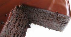 Mud cake, ou bolo lama na tradução literal, é denso, rico e muito fácil de preparar. É o bolo tradicional de casamento na Austrália. GANACHE CREMOSA - VÍDEO BOLO MOUSSE DE CHOCOLATE - VÍDEO BROWNIE TRADICIONAL - PASSO A PASSO INGREDIENTES MASSA  250 gr. de manteiga, sem sal cortada em cubos 200 gr. de chocolate meio amargo picado bem pequeno 100 ml. de café coado na hora 200 ml. de leite em temperatura ambiente 75 ml. de licor de café (Bayles ou similar) – se preferir omitir a bebida…