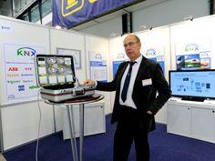 KNX FINLAND RY:n Toiminnanjohtaja Johan Stigzelius esitteli messuilla KNX standardia, joka on maailmanlaajuinen avoin standardi kotien ja rakennusten ohjaukseen. KNX city on toimittaja riippumaton ratkaisu yhdistää tilat, rakennukset, prosessit ja ohjaukset yhdeksi kokonaisuudeksi. Mahdollistaa ihmistä palvelevien kommunikoivien älykkäiden kiinteistöjen, alueiden ja kaupunkien tekemisen. Lisätietoja www.knx.fi