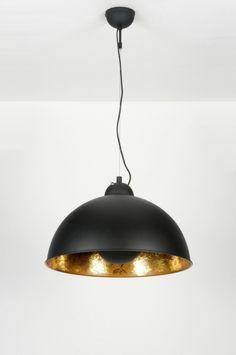 art 89135 Deze grote hanglamp in retro stijl valt op door zijn zeer aparte vormgeving. Het armatuur is uitgevoerd in een mat zwarte kleur. De binnenkant van de kap is goudkleurig en heeft een afwisselend patroon in zowel een matte als glanzende afwerking.  https://www.rietveldlicht.nl/artikel/hanglamp-89135-modern-eigentijds_klassiek-goud-zwart-mat-metaal-rond