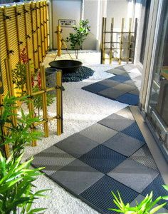 Small Japanese balcony with clean and simple design. Small Yard Landscaping, Small Backyard Design, Modern Landscaping, Japanese Garden Design, Garden Landscape Design, Japanese House, Japan Garden, Decks And Porches, Patio