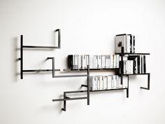 De Antologia bookshelf van het Italiaanse Studio 14 is een speels en geometrisch design waar je eindeloos kunt combineren met de composities van de boekenplanken.