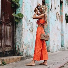 Casual chic two piece pant outfit with cute straw handbag. Spring Summer Trends, Spring Summer Fashion, Pantalon Thai, Street Chic, Street Style, Outfits For Mexico, Estilo Hippie Chic, Cute Fashion, Fashion Outfits