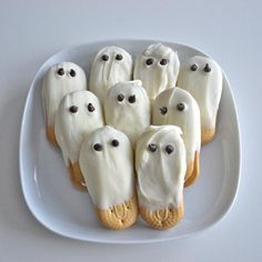 French Vanilla White Chocolate Covered Cookie Ghosts with Chocolate Chip Eyes: Boo! Did I scare you? Vienna finger cookies are hand dipped in french vanilla flavored white chocolate and then decorated with two mini chocolate chips for the eyes. Postres Halloween, Soirée Halloween, Halloween Goodies, Halloween Food For Party, Halloween Treats, Halloween Clothes, Halloween Chocolate, Halloween Appetizers, Homemade Halloween
