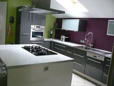 Associer la couleur violet dans la chambre le salon la cuisine cuisine for Carrelage gris mur prune