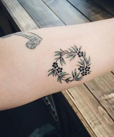 Ever-So-Tasteful Forearm Tattoos For Women – TattooBlend – Tattoo Designs Flower Wrist Tattoos, Flower Tattoo Shoulder, Flower Tattoo Designs, Forearm Tattoos, Body Art Tattoos, Tribal Tattoos, Pretty Tattoos, Cute Tattoos, Beautiful Tattoos