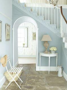 déco entrée maison classique en peinture bleu pastel et console blanche
