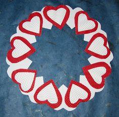 Bricolage de Noël, couronne de l'avent en carton, plume et ondulé, coeurs rouge et blanc ; Christmas craft, advent wreath made of cardoard, corrugated and foam, red and white hearts.