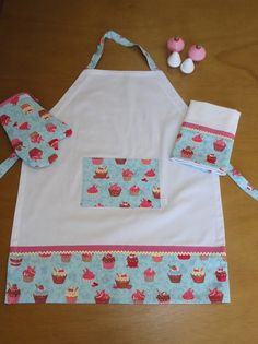 Kit Avental, Luva e Pano Prato Cupcake Sewing Hacks, Sewing Tutorials, Sewing Crafts, Home Crafts, Diy And Crafts, Sewing Aprons, Sewing Clothes, Cute Aprons, Kids Apron