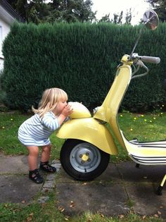 Never too young or old for Vespa Love もっと見る Scooter Moto, Vespa Motorcycle, Motos Vespa, Piaggio Vespa, Scooter Bike, Lambretta Scooter, Fiat 500, Vw Bus, Vespa Roller