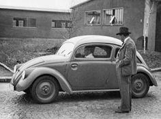 Ferdinand Porsche observes one of the 1937 Type 30 test vehicles. With this model, the true Kdf-Wagen (the future Volkswagen) has taken shape, with fender mounted headlights. The trunk lid is much smaller than in the eventual production version, however. Ferdinand Porsche, Vw T, Volkswagen Jetta, Kdf Wagen, Vw Vintage, Vw Cars, Henry Ford, Vw Beetles, Belle Photo