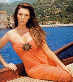 Αυτές είναι οι πιο σέξι 'σταρ' της made in Greece 'κινηματογραφικής' βιοτεχνίας των 80s. Ναι, εκείνες που μεγάλωσαν μια ολόκληρη γενιά. Η είσοδος της Έλενας Τσαβαλιά -συμπρωταγωνίστρια στα νιάτα της σε αρκετές βιντεοκασέτες τύπου 'Ο Παπακαβάλας' και &#8216