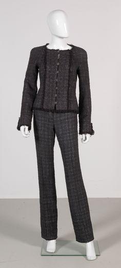 Chanel Auktion Lot 15 und  16: Chanel Blazer und Hose aus der Autumn Collection 2005, Hose einfache Bundweite 39 cm, Größe Blazer ca. 36, Hose ca. 38. Mehr Informationen auf der Website.