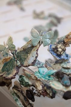 Anna Collette Hunt, UK artist, created a large scale installation body of work called Stirring the Swarm. Insect Crafts, Insect Art, Nottingham, Colossal Art, 3d Artist, Ceramic Design, Ceramic Artists, Installation Art, Swirls