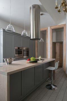 Klimatyczna kuchnia w starej kamienicy. Projekt mebli nawiązuje do miejsca, w którym się znajdują. Są idealnie wkomponowane w pomieszczenie, zachowując jednocześnie pełną funkcjonalność i wygodę.  Projekt: http://tryc.pl/