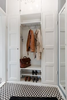 : 52 Entrance Home Decor How To Update Your Living Room Update dec . 52 Entrance Home Decor How To Update Your Living Room – To update decor entrance living room dec decor entrance home homedecorart homedecorhallway Living Room upda Interior Design Boards, Home Interior, Interior Design Living Room, Decoration Hall, Entryway Decor, Entryway Storage, Closet Storage, Small Staircase, Flur Design
