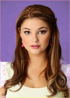 Emily King is portrayed by Stefanie Scott. Emily is James' girlfriend and the ultimate rich girl; dumb, slightly arrogant and very into fashion. She tries to be sweet but it usually comes out condescending. Stefanie Scott, Christina Ricci, Light Hair, Hollywood Celebrities, Hollywood Stars, Brunettes, Beautiful Actresses, New Hair, Role Models