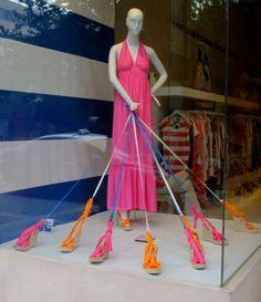 Maneira para expor sapatos e mostrar seu modo de uso(amarrado)