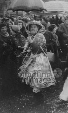 Verkleidete Marktfrau auf dem Münchner Viktualienmarkt, 1953 Benda/Timeline Images
